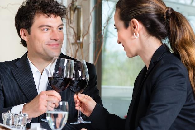 Geschäftsleute, die geschäftsessen in einem gehobenen restaurant essen