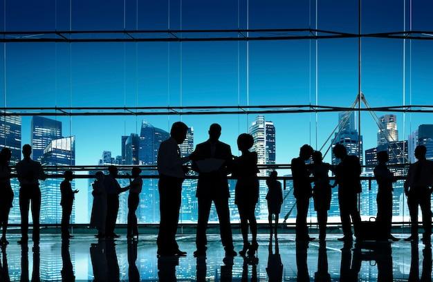 Geschäftsleute, die gesprächs-kommunikations-interaktions-konzept sprechen
