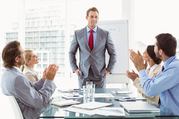 Geschäftsleute, die hände in der chefetagesitzung klatschen