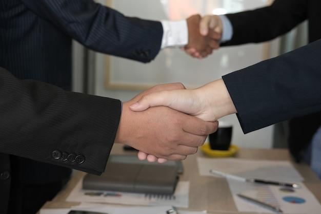 Geschäftsleute, die hände rütteln, nachdem sitzung beendet worden ist