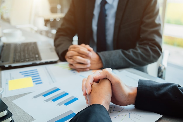 Geschäftsleute, die hände rütteln, partner, der eine besprechung beendet, um sich zu besprechen.