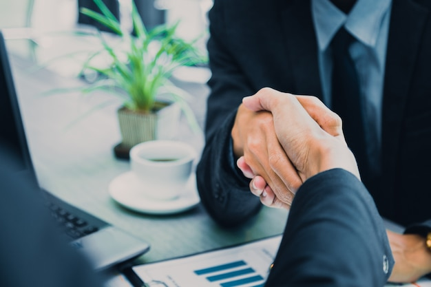 Geschäftsleute, die hände rütteln, partner, der eine sitzung abschließt.