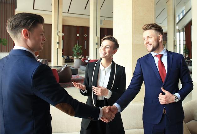 Geschäftsleute, die hände schütteln, ein meeting beenden.