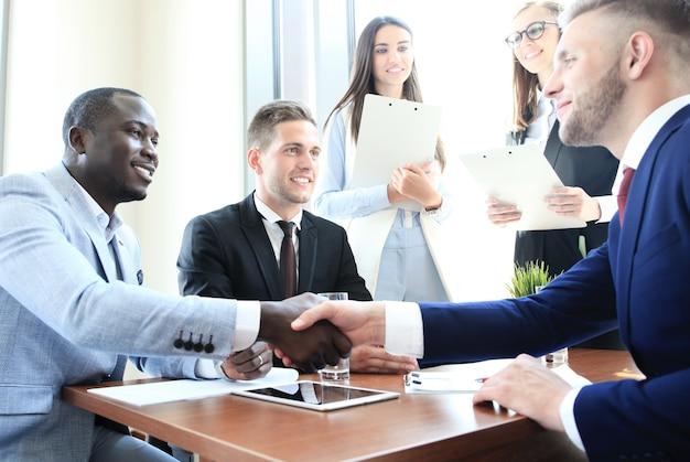Geschäftsleute, die hände schütteln, ein meeting beenden