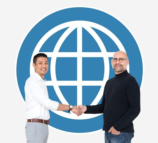 Geschäftsleute, die hände vor einer www-ikone rütteln