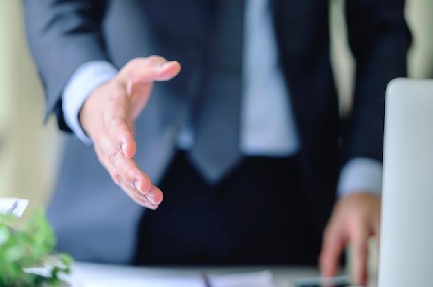 Geschäftsleute, die hand auszustrecken, um zu hacken.