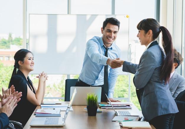 Geschäftsleute, die handglückwünsche rütteln, um erfolg zu bearbeiten