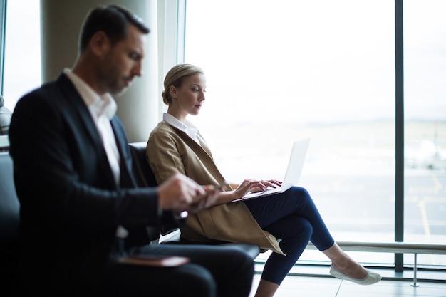 Geschäftsleute, die handy und laptop benutzen