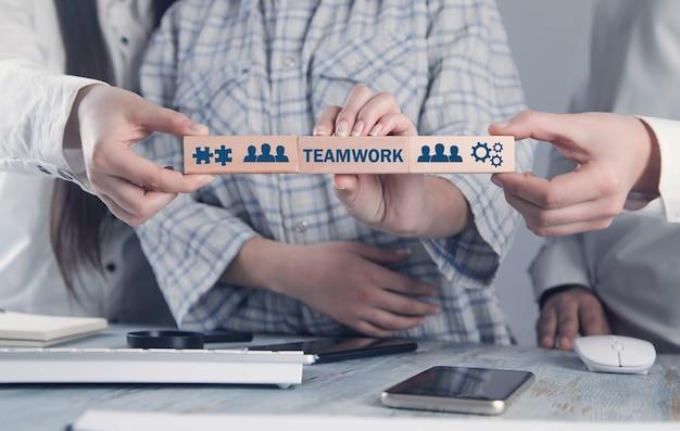 Geschäftsleute, die holzklötze halten. konzept der teamarbeit