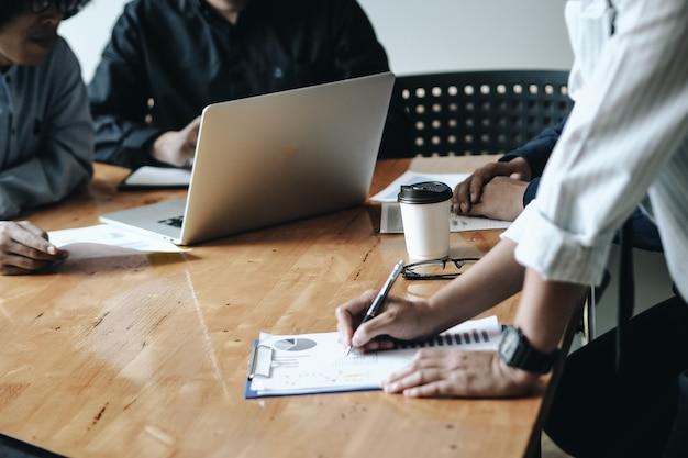 Geschäftsleute, die ideenkonzept treffen. geschäftliche planung