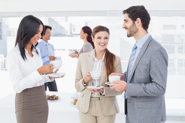 Geschäftsleute, die ihre getränke genießen