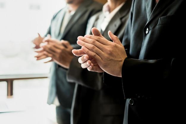 Geschäftsleute, die ihre hände bei der sitzung, geschäftskonzept, erfolgskonzept klatschen