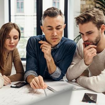 Geschäftsleute, die im büro an einem neuen projekt arbeiten
