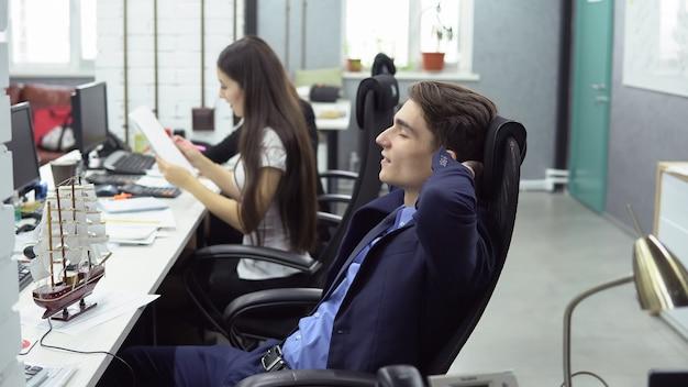 Geschäftsleute, die im büro arbeiten