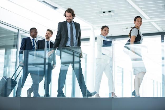 Geschäftsleute, die im büro gehen