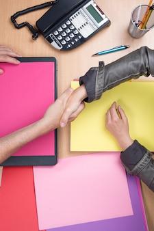 Geschäftsleute, die im büro sich treffen und hände, vereinbarung rütteln