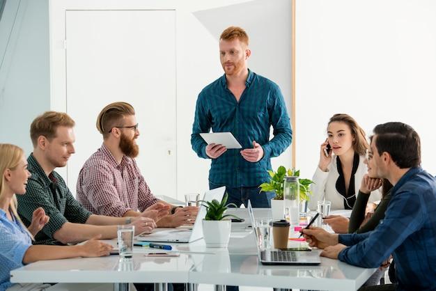 Geschäftsleute, die im büro zusammenarbeiten. konzept der teamarbeit und partnerschaft