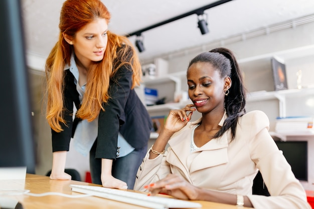 Geschäftsleute, die im büro zusammenarbeiten und gemeinsam an einem projekt arbeiten