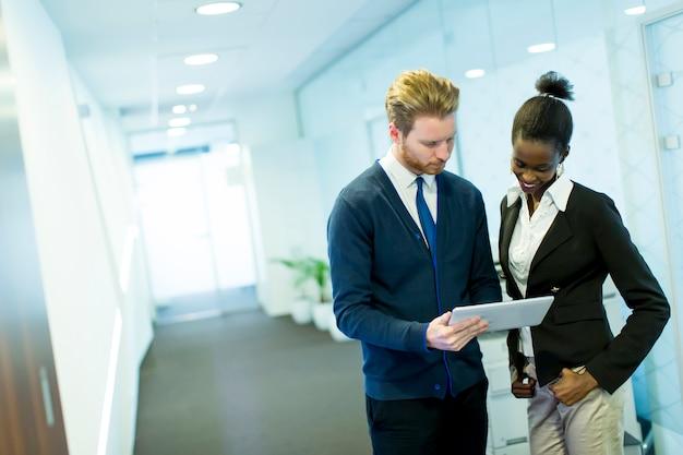 Geschäftsleute, die im büro zusammenarbeiten