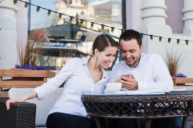Geschäftsleute, die im café beim mittagessen oder in der kaffeepause plaudern