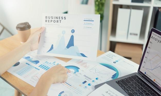 Geschäftsleute, die im finanz- und rechnungswesen arbeiten analysieren sie das finanzbudget und die planung für die zukunft im büroraum.