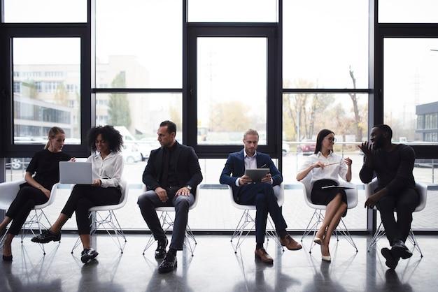 Geschäftsleute, die im internet mit dem laptop- und tablet-konzept des start-up-unternehmens verbunden sind