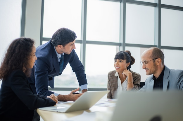 Geschäftsleute, die im konferenzraum arbeiten