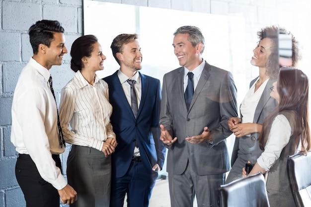 Geschäftsleute, die im konferenzraum miteinander interagieren