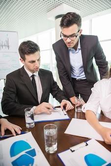 Geschäftsleute, die im konferenzzimmer sitzen.