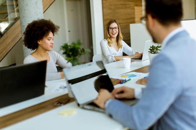 Geschäftsleute, die im modernen büro arbeiten