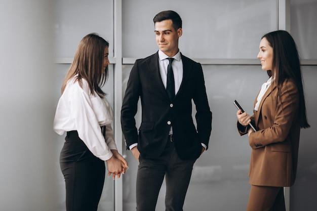 Geschäftsleute, die im team in einem büro arbeiten