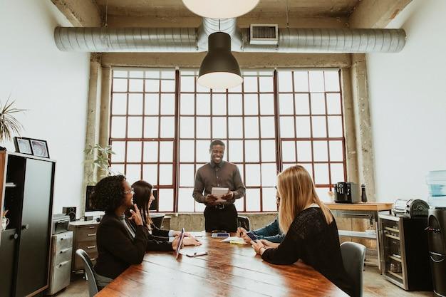 Geschäftsleute, die in einem besprechungsraum arbeiten