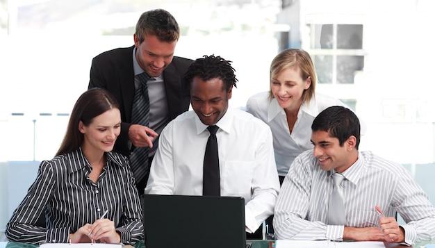 Geschäftsleute, die in einem büro arbeiten