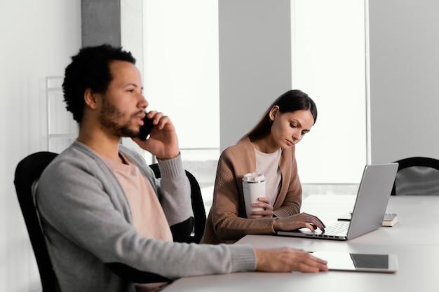 Geschäftsleute, die in einem unternehmen arbeiten