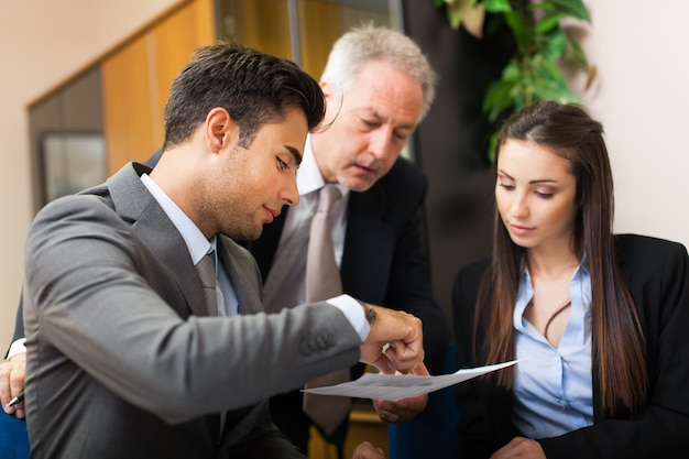 Geschäftsleute, die in ihrem büro arbeiten