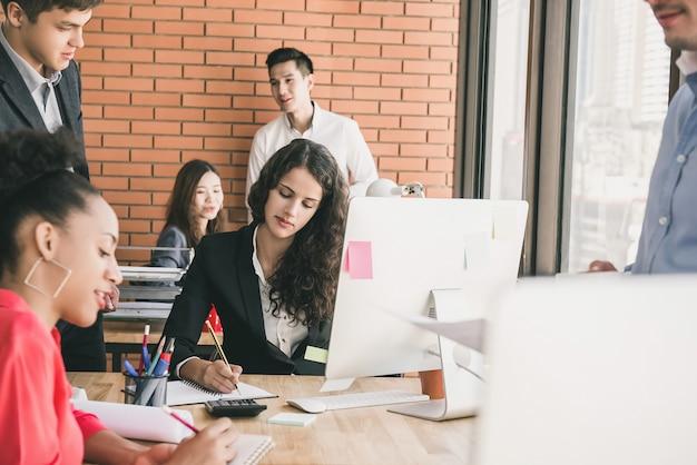 Geschäftsleute, die in offenen büroräumen arbeiten