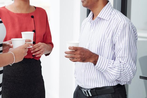 Geschäftsleute, die kaffee trinken