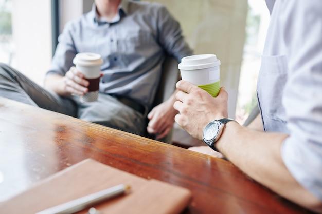 Geschäftsleute, die kaffeepause haben