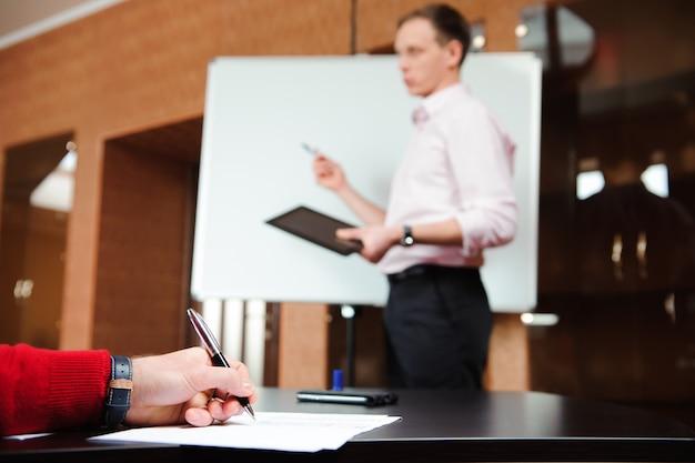 Geschäftsleute, die konferenz-diskussions-unternehmenskonzept treffen.