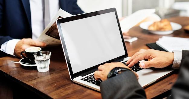 Geschäftsleute, die laptop-verbindungs-kopien-raum-konzept treffen