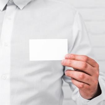 Geschäftsleute, die leere visitenkarte zeigen