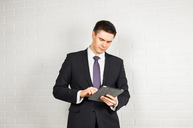 Geschäftsleute, die mit digitalem tablet arbeiten