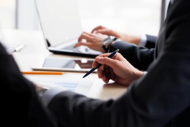 Geschäftsleute, die mit finanzberichten zusammenarbeiten