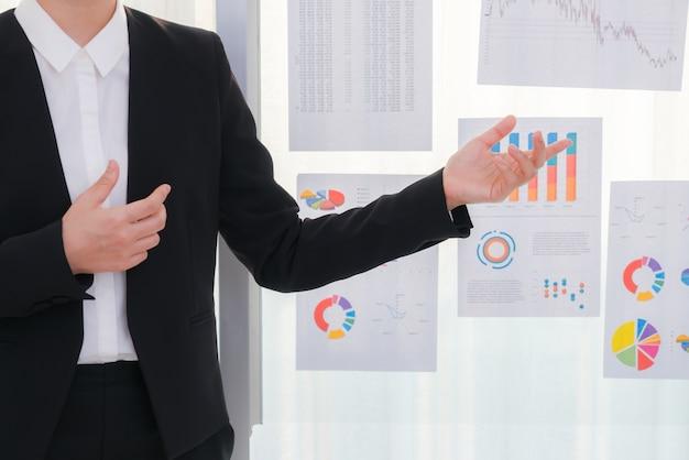 Geschäftsleute, die mit finanzdiagramm