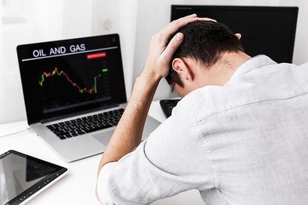 Geschäftsleute, die mit forex-aktienhandel mit technischem indikator-tool auf laptop arbeiten
