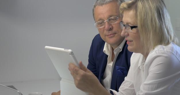 Geschäftsleute, die mit tablet arbeiten