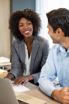 Geschäftsleute, die miteinander interagieren