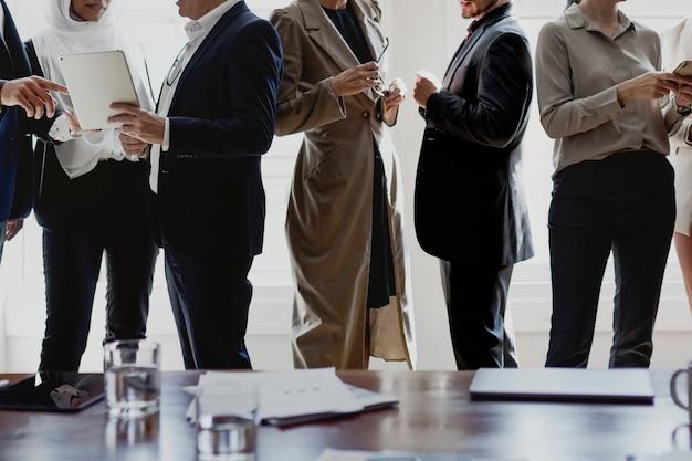 Geschäftsleute, die miteinander reden