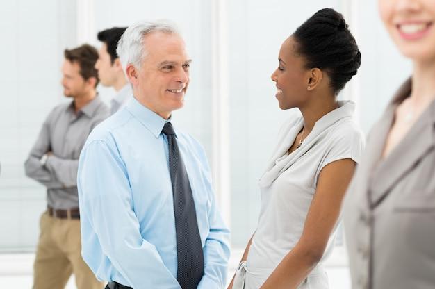 Geschäftsleute, die miteinander sprechen