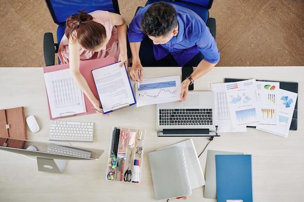 Geschäftsleute, die monatliche gewinne analysieren